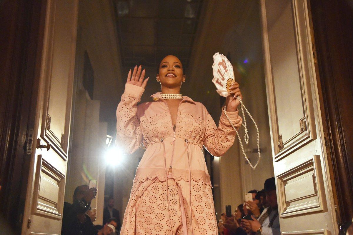 Rihanna presenta en París su nueva colección de moda