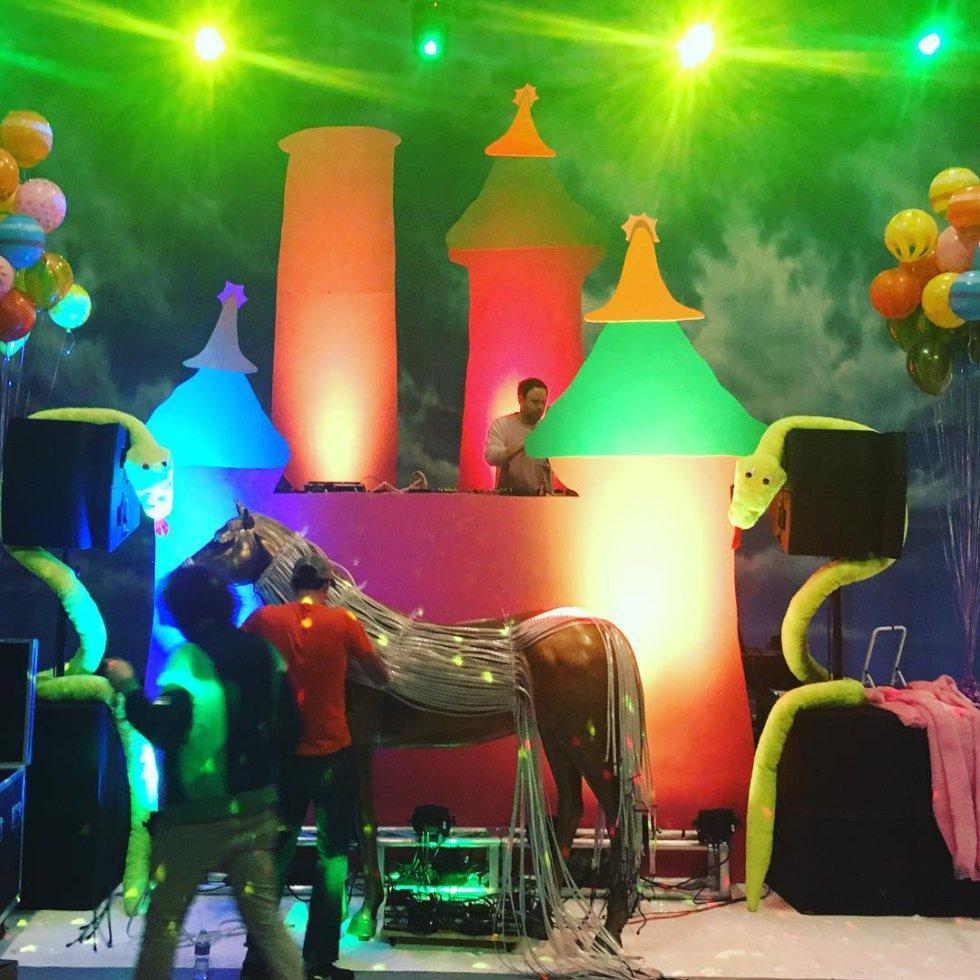 1484642806 071715 1484643459 album normal - Así fue la fiesta de cumpleaños que Miley Cyrus organizó para Liam Hemsworth