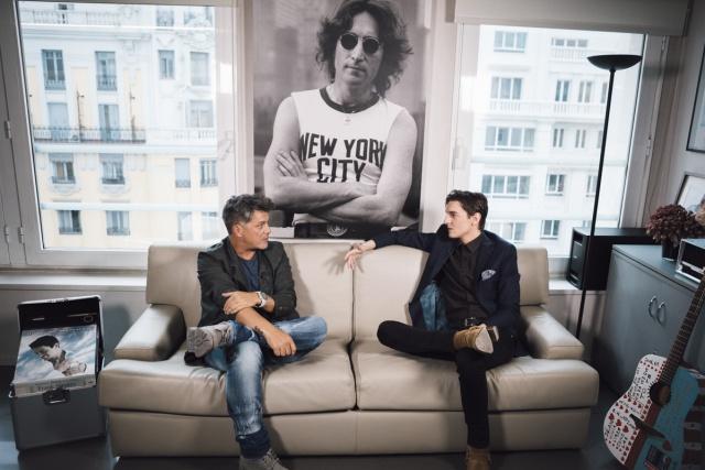 Xavi Martínez sienta a Alejandro en el sofá de las estrellas