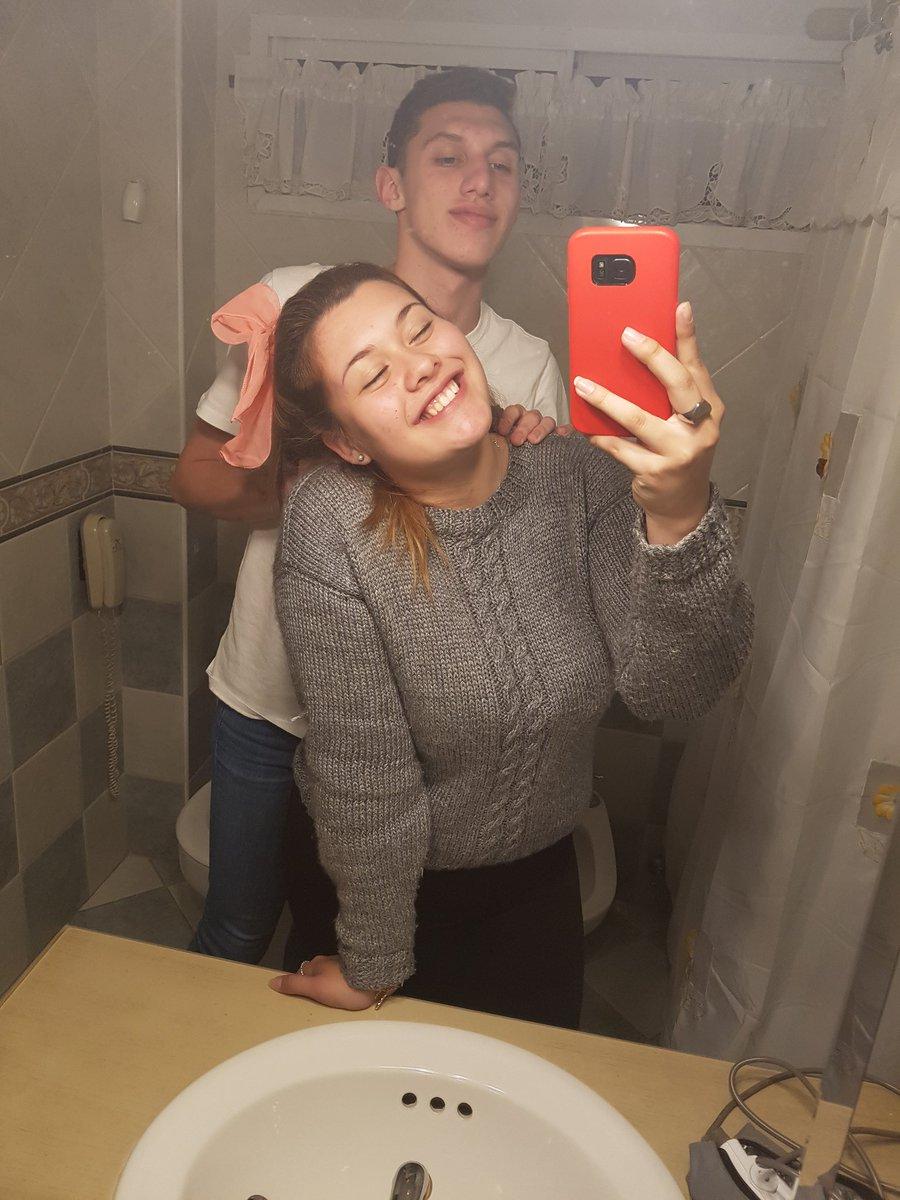 ¿Sabes por qué se ha vuelto viral la foto de estos chicos en el baño?